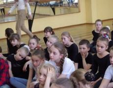 Обучающиеся «Ars Nova Dance» прослушивают мастер-класс Глущенко